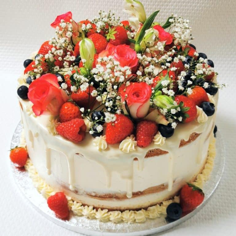 Semi naked taart met vers fruit en bloemen